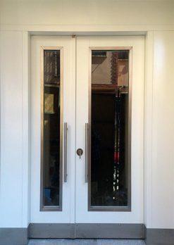 Beyaz Apartman Bina Giriş Kapısı APT23