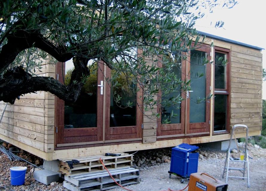 Evi tamamlamak için çerçeveye cam kapılar takılmıştır. Şimdi evin tamamlandıktan sonra kuş bakışı görelim.