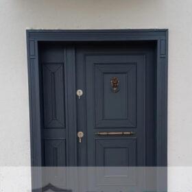 Ahşap villa kapısı